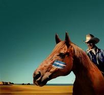 在马背上微笑的外国男人