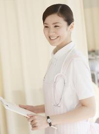 挂着听诊器拿着文件微笑的女护士