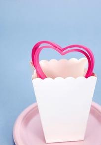 波浪边白色包装桶内粉红色爱心框