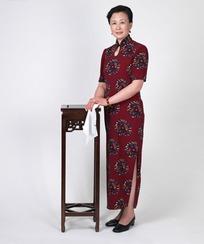 穿着旗袍拿着手帕的中年女人