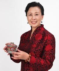 端着茶杯的中年女人