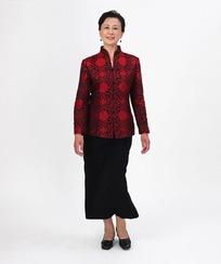 红色唐装的中年女人