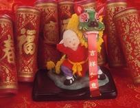 金色福字花纹红爆竹与舞狮童子摆件