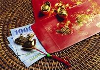 蒲团上的金色祥瑞图案红包与金元宝摆件