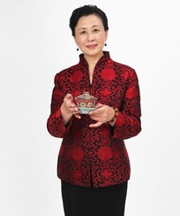 双手端着茶杯的中年女人