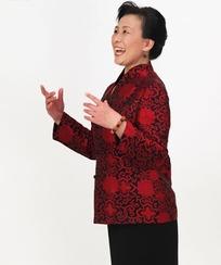 双手放在胸前唱歌的中年女人