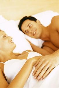 躺在床上抚摸的情侣