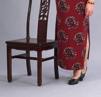 椅子旁边站着的女人的脚