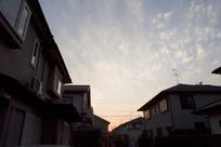 晚霞蓝天下的房子剪影