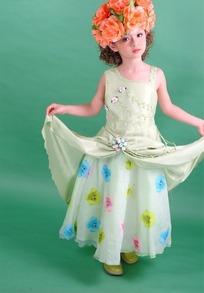 戴着花朵双手提起裙子的小女孩
