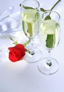 两杯香槟和一枝红色玫瑰花