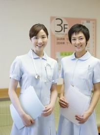 拿着文件的两名微笑的女护士