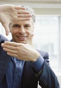 双手做拍照姿势的外国男人