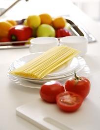 餐桌上的蔬菜和餐具特写照片