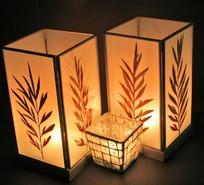 点燃蜡光的叶纹方形灯笼