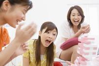 开心地玩抽木块游戏的一群美女