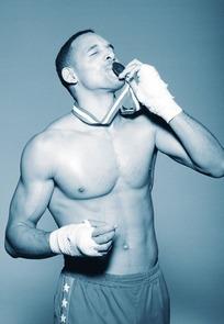 亲吻奖牌拳击运动员