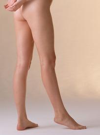 手背身后的裸体女人的下半身特写