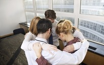 手搭肩膀抱在一起的五个人