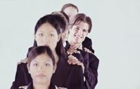 手搭肩膀排成一列的职业人士