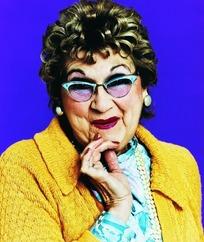 手放下巴上微笑戴着墨镜的外国老妇人