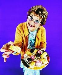 装扮时髦的端着一盘糕点的外国老妇人