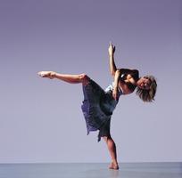 穿着抹胸裙做单脚着地舞蹈动作的金发美女