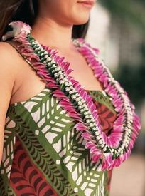 戴着花环的女人的胸部特写