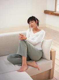 脚光_光脚坐在沙发上的女人