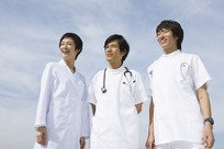 蓝天白云下微笑站立的医生和护士