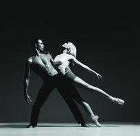 搂着美女腰为其做支撑的男舞者黑白照