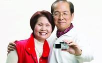 拿相机自拍秀恩爱的老夫妻
