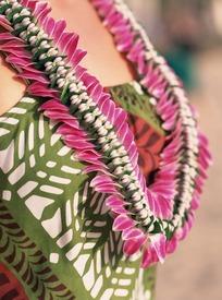 女人胸前的花环的特写