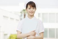 手抱着文件微笑的美女护士