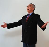 双掌摊开开怀大笑的老年男人