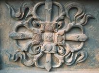 雕刻着的花朵形图案和飘带