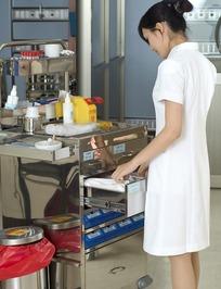 女护士和医疗设备柜台