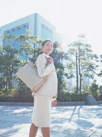 美女 街道-石板路上背着包回头看的职业装美女