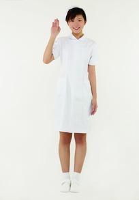 微笑举手的女护士