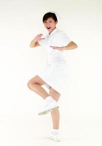 张开嘴做踢腿动作的女护士