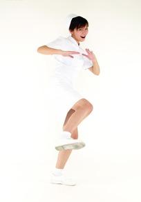 做踢腿动作的女护士