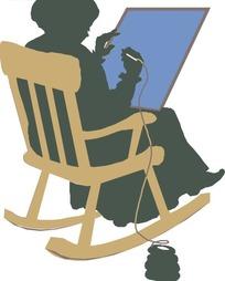 坐在摇椅上刺绣的老妇人