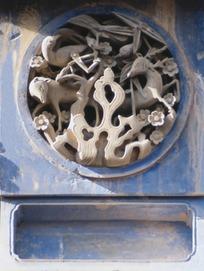 石头雕刻的动物和花朵构成的圆形图案