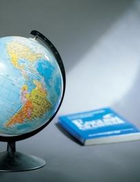 地球仪和一本蓝色封面的书