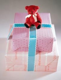 方形礼品盒上的红色小熊公仔