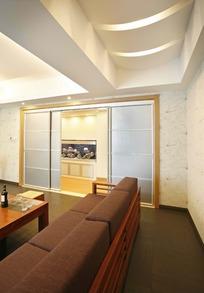 褐色沙发和磨砂玻璃门