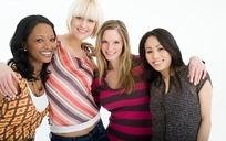 手搭肩膀微笑站一起的四个美女