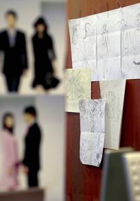 贴墙上的服装设计速描草槁纸