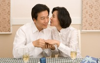 餐桌旁秀恩爱的一对中年夫妻