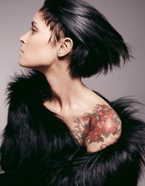 时尚女模特肩部花朵纹身图案特写